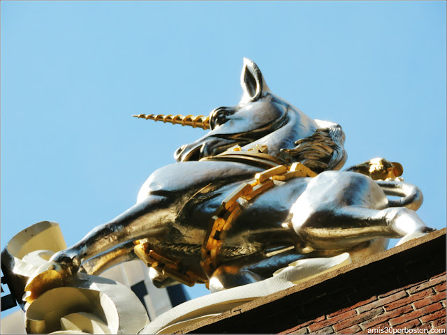 Escultura del Unicornio en el Old State House de Boston