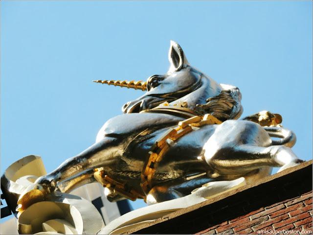 Escultura del Unicornio en el Old State House de Boston