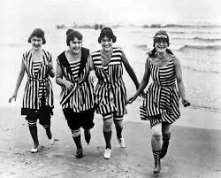 anche la forma stessa del costume da bagno cambi gli scolli divennero pi profondi spesso a v i giromanica pi ampi ed i colori divennero stravaganti