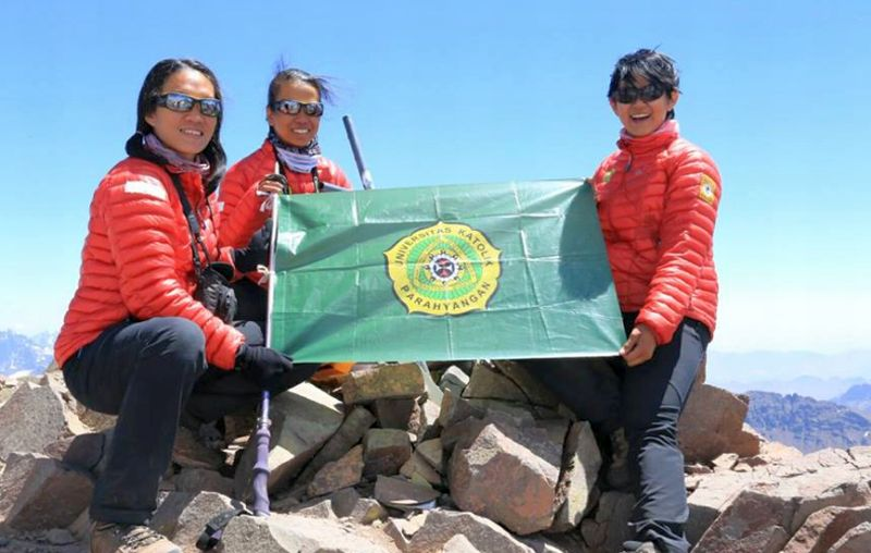 Tim WISSEMU Indonesia Berhasil Mencapai Puncak Gunung Tertinggi Kedua di Dunia