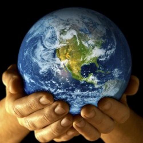Mãos com o globo terrestre. #PraCegoVer