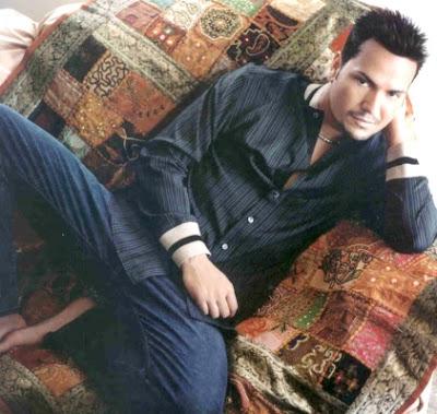 Foto de Víctor Manuelle sentado en un sillón