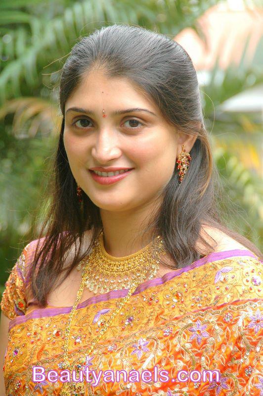 Desi Delhi Aunties Hot Cute Beauty Saree Stills -8984