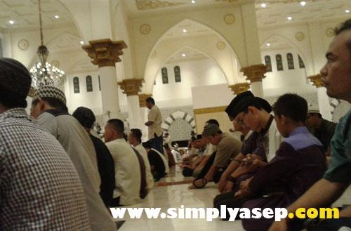 MEMBLUDAK  : Sudah hal biasa kalau Tarawih malam pertama Jamaah selalu membludaak memenuhi masjid.  Photo Asep Haryono