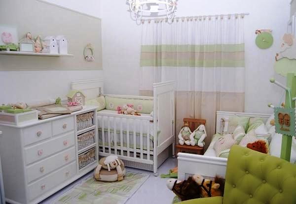 Quarto de bebê com um tema mais lúdico. Destaque para a poltrona verde com encosto em botonê e para os acessórios decorativos em formato de bichinhos.