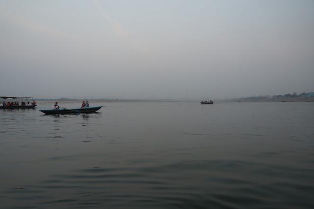 Keadaan sungai Gangga dimalah hari yang penuh nyamuk