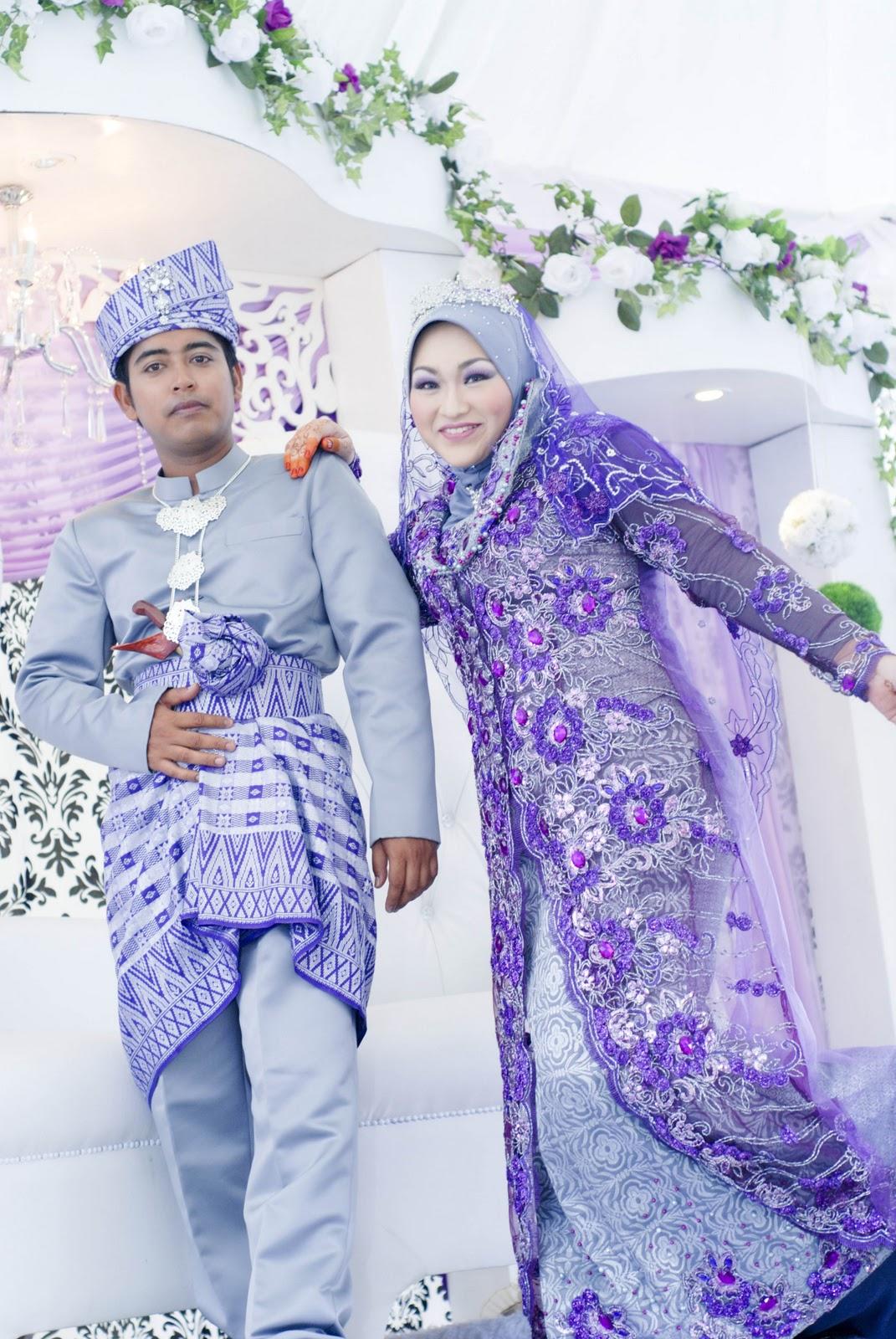 Padanan songket grey benang silver dan lace purple untuk busana pengantin  perempuan dijadikan dress labuh berekor. Busana pengantin lelaki pula dari  ... e606914939