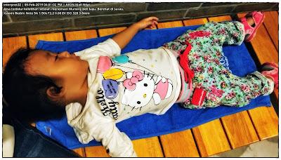 gambar kanak-kanak perempuan tertidur di atas bangku kayu