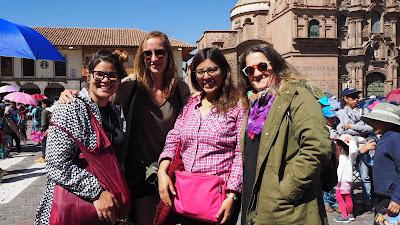 Noelia con Jennifer y otras personas del proyecto de Cusco.