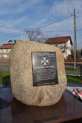 Pomnik Wolności w Sarzynie obelisk z tablicą