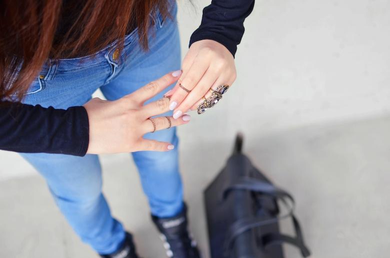 Geschnürter_Ausschnitt_Body_Outfit_blue_Jeans_lange_Haare_ViktoriaSarina