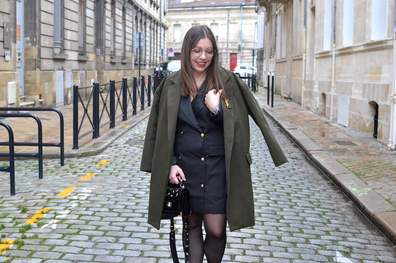 robe blazer noir Missguided, manteau kaki Sheinside, bottines, sac The Kooples