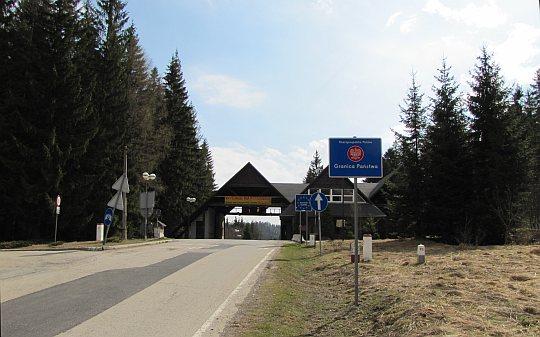 """Przełęcz Glinne (słow. Hliny, 809 m n.p.m.). Przejście graniczne """"Oravská Polhora - Korbielów""""."""