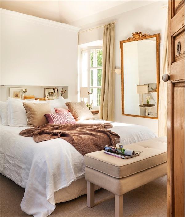 dormitorio con espejo antiguo chicanddeco