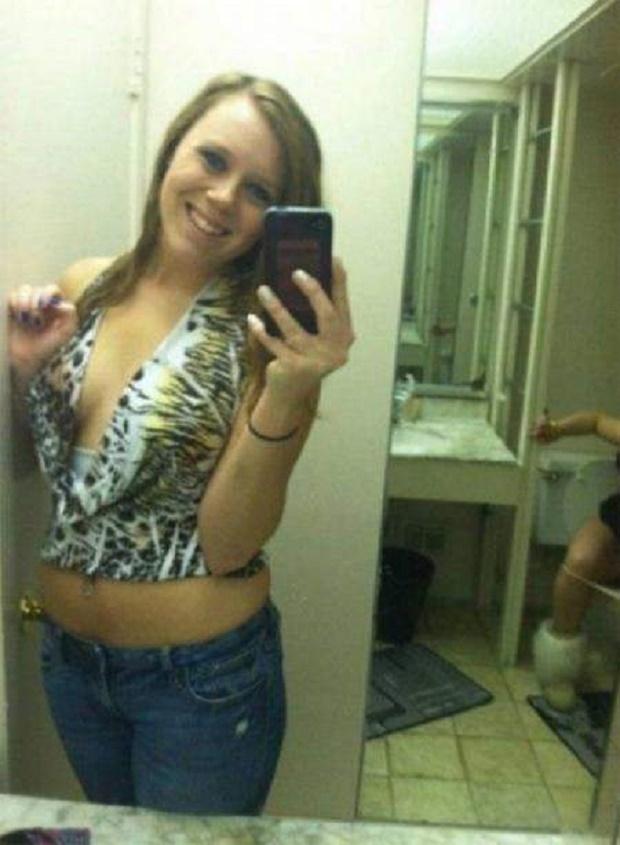 15 Foto Selfie Memalukan Karena Pantulan Cermin yang Bikin Foto Kece Jadi Mengerikan