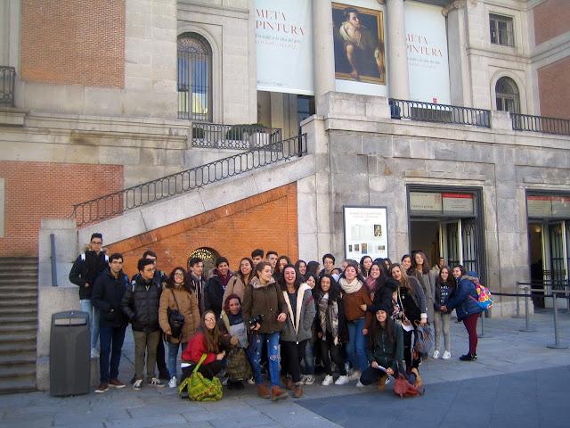 Alumnos en las puertas del Museo del Prado.