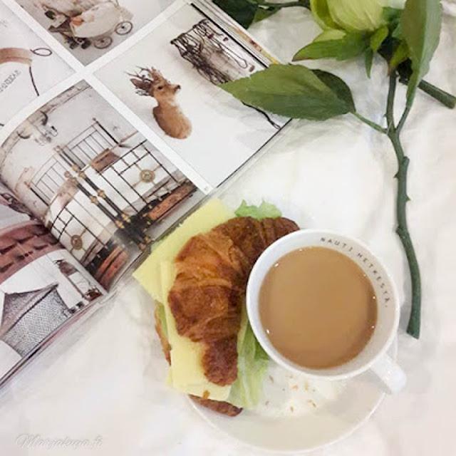 kahvihetki, kahvi ja croisantti aamiainen