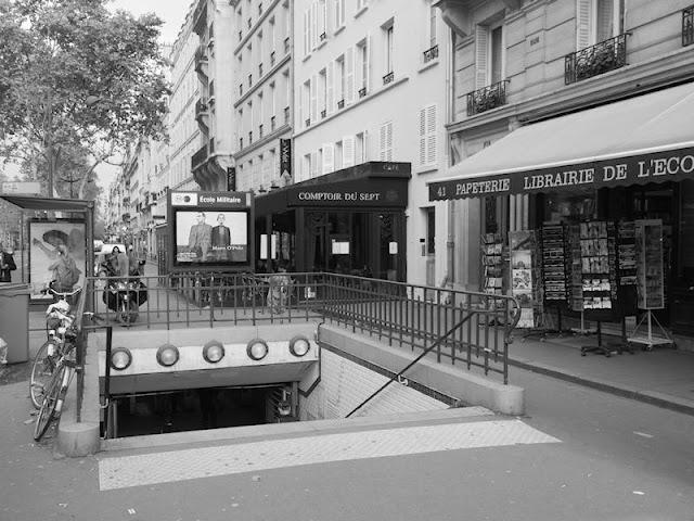 Boca del Metro Ecole Militaire en Paris.