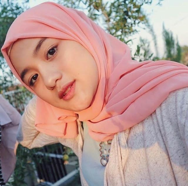 gadis hijaber cantik senyumannya selalu manja