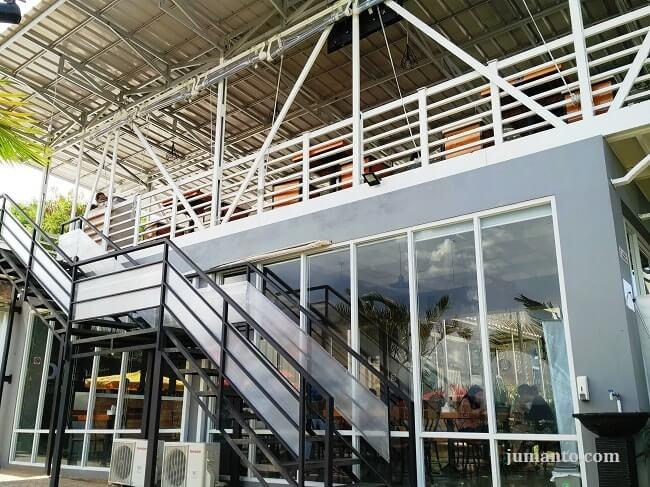 ruangan indoor pavilion resto & cafe