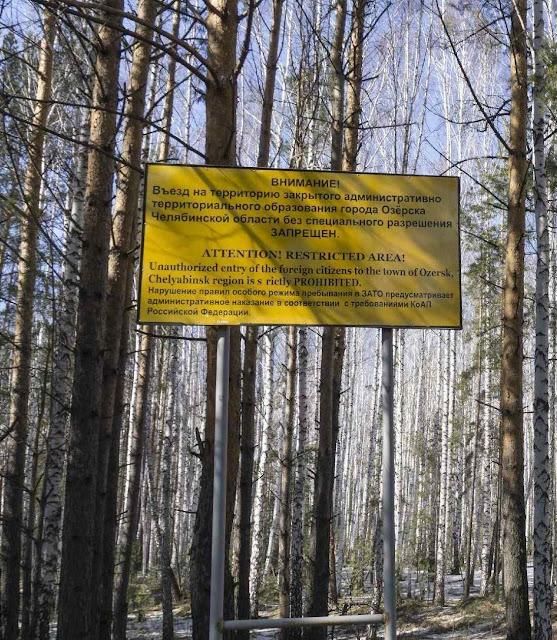 Cartaz afasta visitantes da cidade de Ozersk, na região de Chelyabinsk, onde fica central nuclear de Mayak