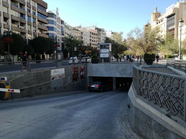Puerta Real. Parkingi w Granadzie.