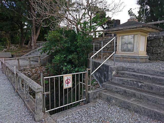観音堂と壕の出入口の写真