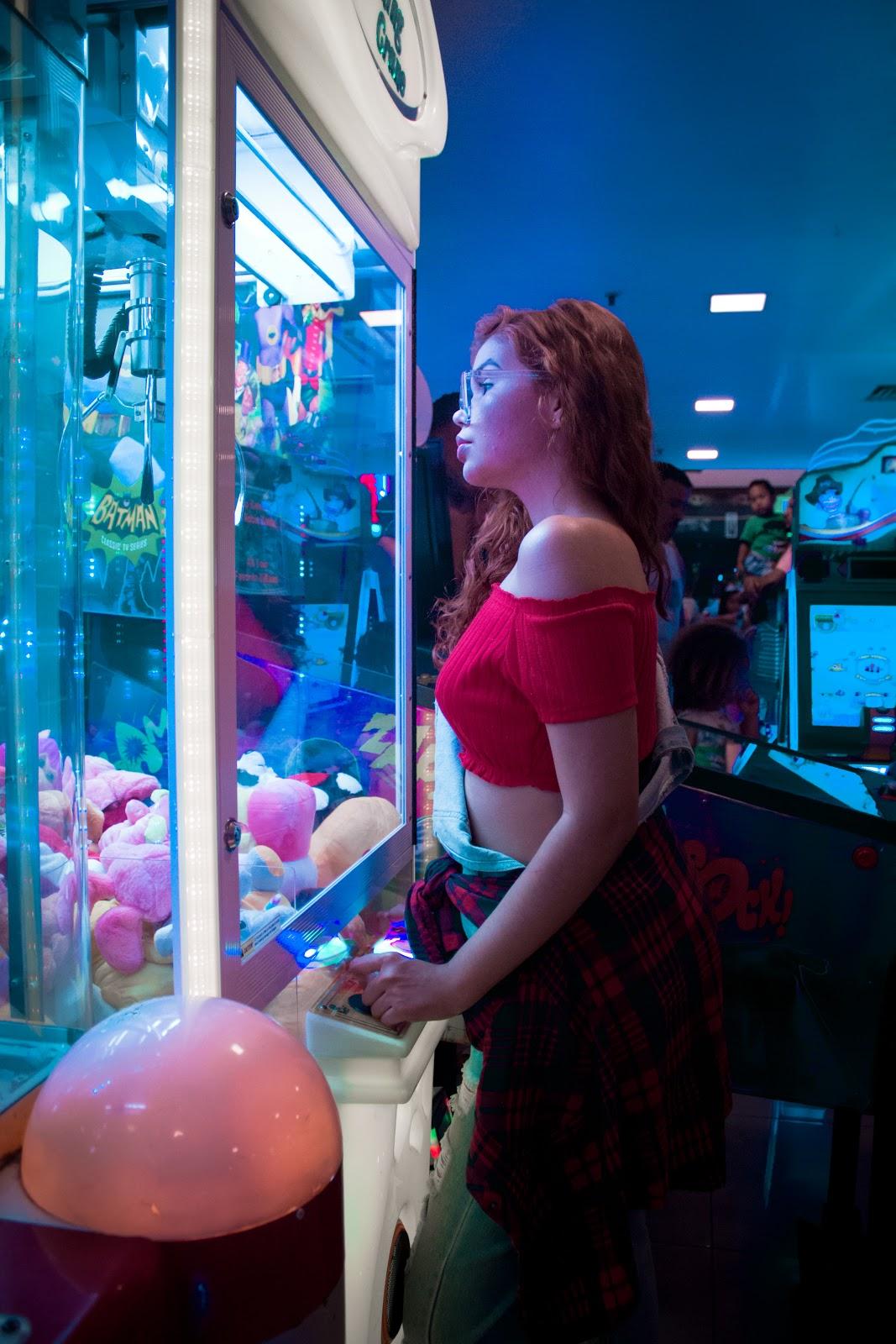 inspiração fotos em brinquedos de shopping, maquina de bichinho de pelucia, moto, jogos, poses, tumblr girl, top shopping nova iguaçu, rio de janeiro, ingrid gleize