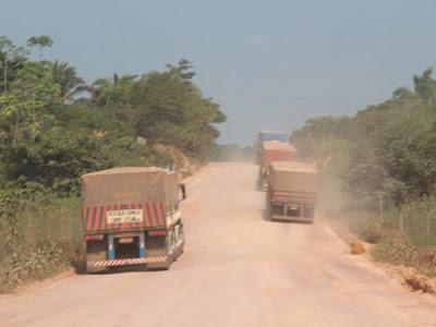 caminhão em estrada de chão
