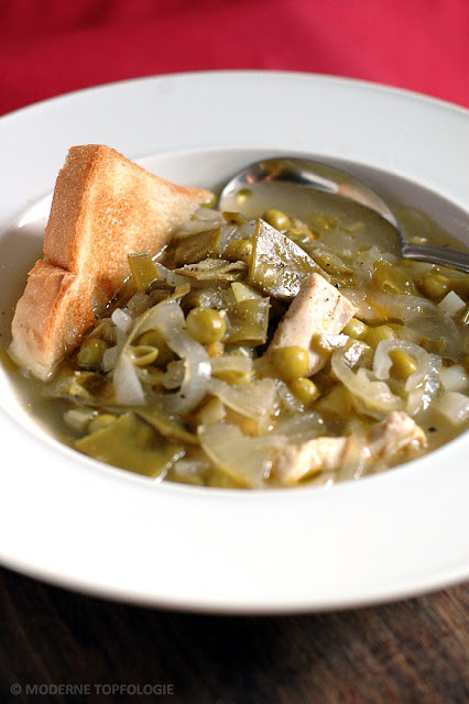Zwiebel-Gemüsesuppe mit Hühnerbruststreifen