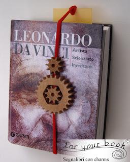 segnalibro inciso con elastico ciondolo ruote legno