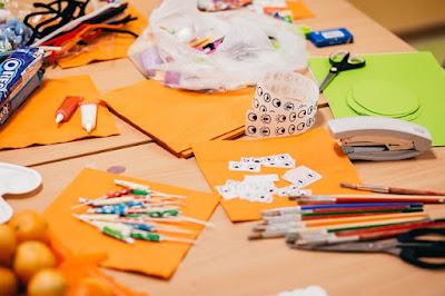 Os estudantes poderão deixar cadernos, estojos, lápis e outros itens do jeito que desejarem. As oficinas são rotativas com público máximo de 10 crianças por vez.