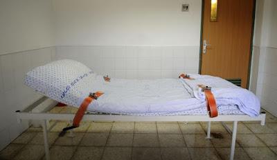 מיטת קשירה בבית החולים הפסיכיאטרי שער מנשה, ב-2016 - צילום: רמי שלוש