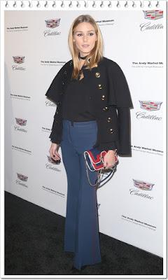 オリヴィア・パレルモが着用していたのは、バーバリーのケープコートとブーツカットパンツ。