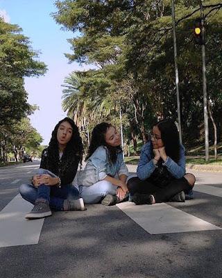 poses de amigas sentadas en la calle