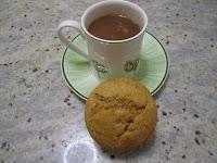 Gâteau de panais individuel avec une tasse de chocolat chaud, poudre de cacahuètes, légumes oubliés, cuisinons de saison