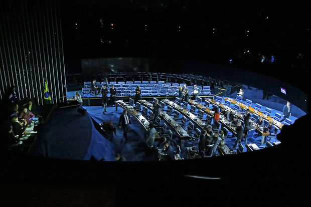 Após confusão, senadores aprovam reforma trabalhista; Foram 50 votos a favor e 26 contrários