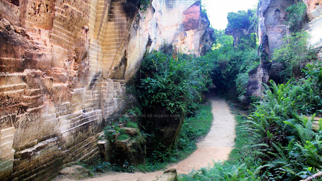 Jalan  masuk ke kawasan wisata Bukit Kapur Arosbaya.