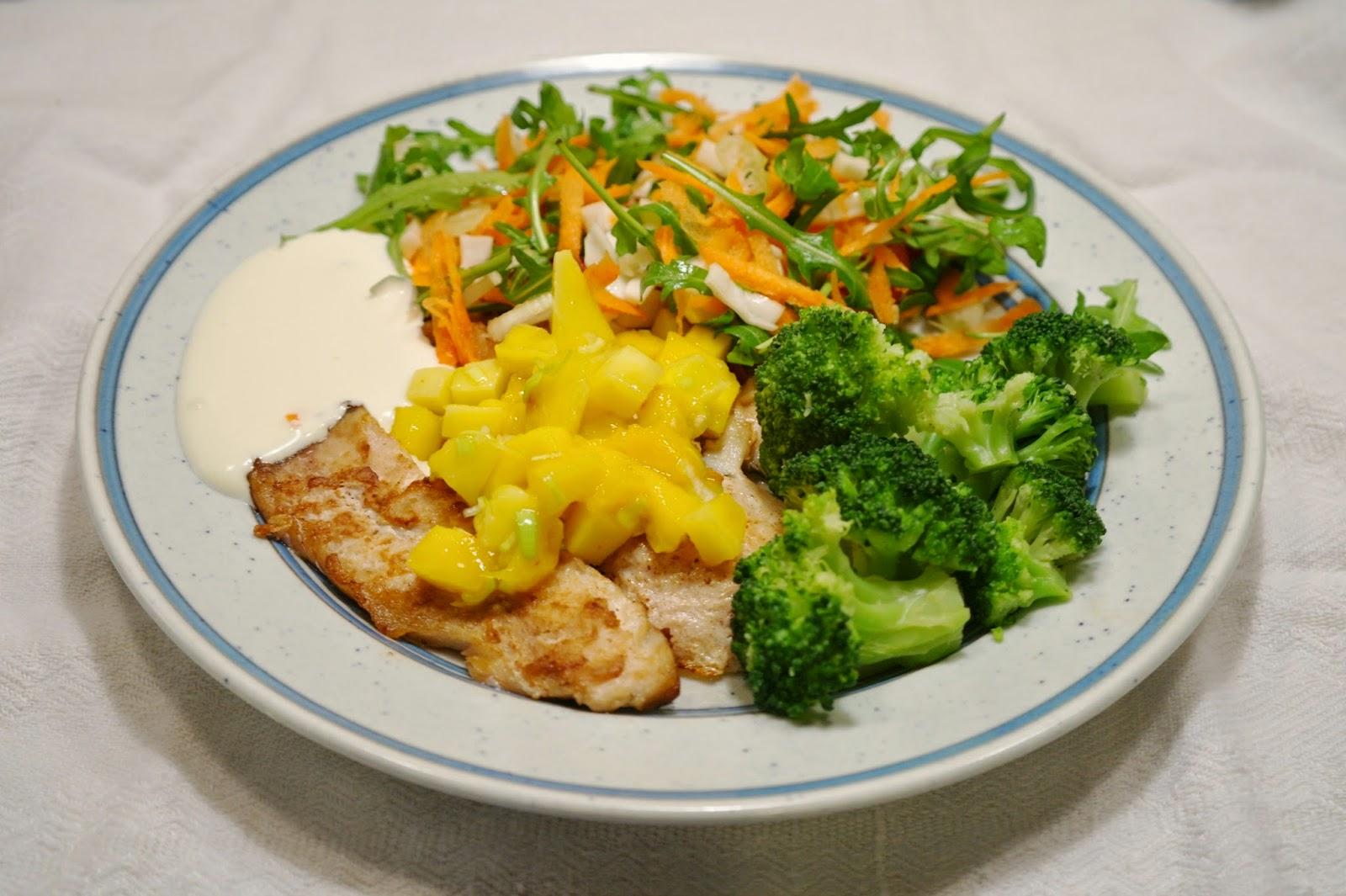grillad fisk med friska tillbehör