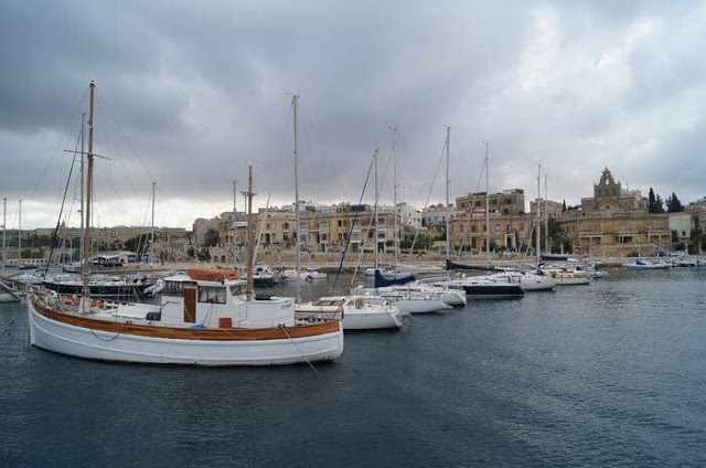 barcos en cala del Lazzaretto