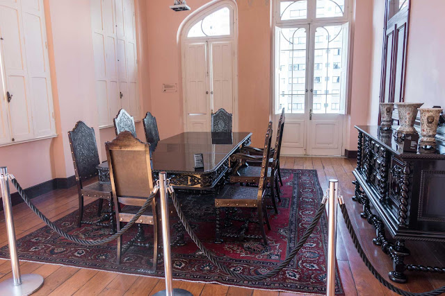 Mesa com 8 cadeiras e descanso de buffet no Paço da Liberdade