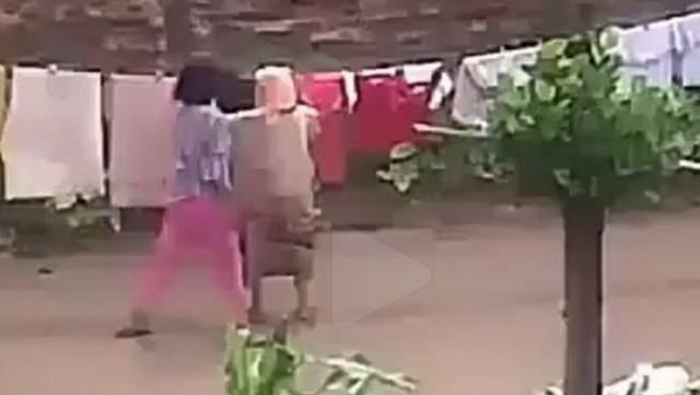 VIDEO: Tampar Dan Dorong Ibu Mertua, Kelakuan Wanita Ini Bikin Netizen Emosi