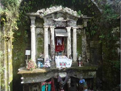 Altar en la Templo de San Juan Parangaricutiro, Michoacán