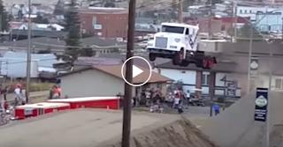 Παγκόσμιο Ρεκόρ Άλματος Φορτηγών Μήκους 166 Ποδών Από το Daredevil - Video hd