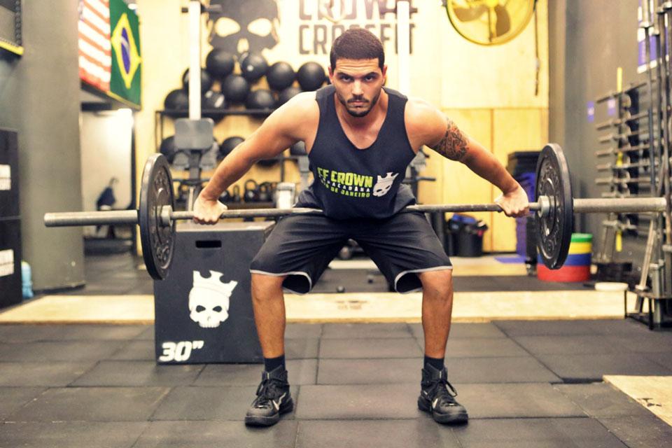 Paulo Simas realiza exercício de levantamento de peso. Foto: Alan Chaves/Juliano Mendes Assessoria