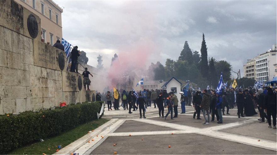 Μια χούφτα παρακρατικοί παίζουν θέατρο με την Αστυνομία για να διαλυθεί το συλλαλητήριο.