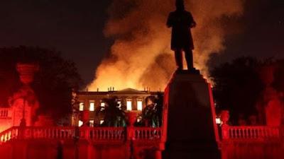النيران تلتهم 200 عامًا من البحث والمعرفة بمتحف البرازيل