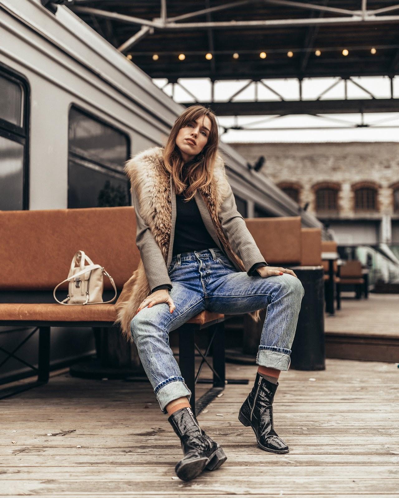 levis 501 jeans black croc chelsea boots outfit