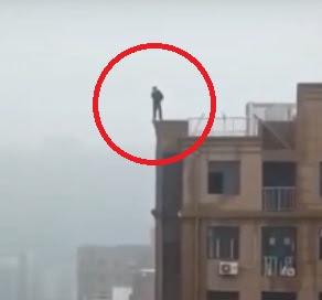 Homem morre ao cair de cima de prédio enquanto tentava tirar uma selfie