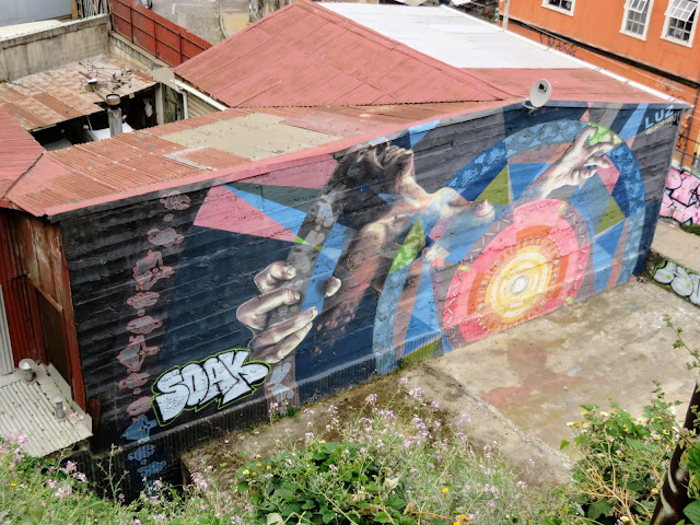 Valparaíso Street Art: Person screaming viewed from above